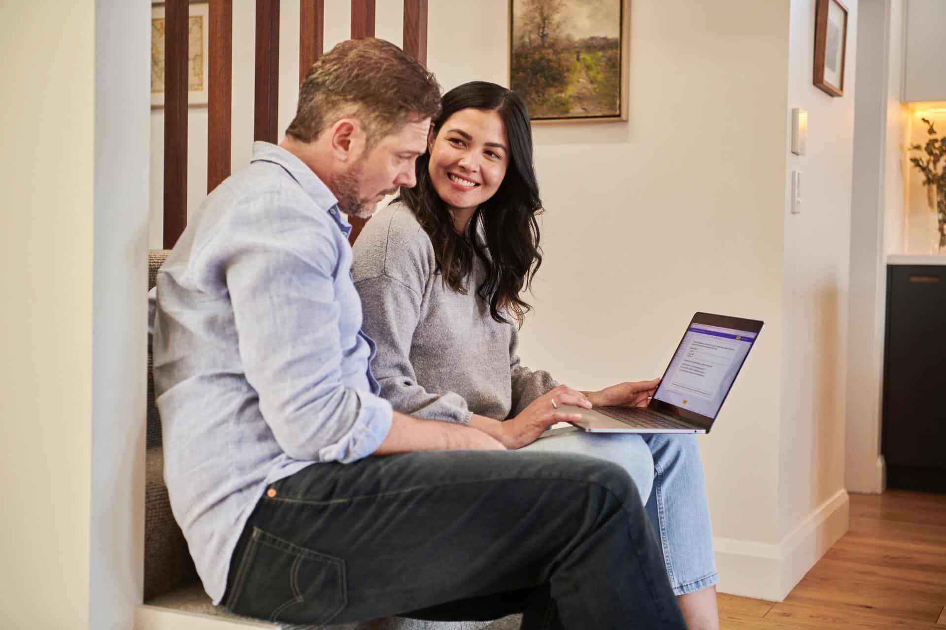 laptop-employees-conversation